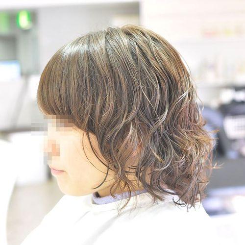 伸ばしかけでハネる髪をパーマでふんわりスタイルに